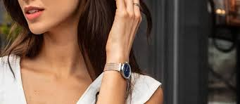 how should a watch fit a woman.